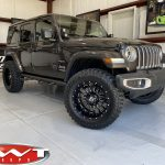 """2020 Gray JL Jeep 2.5"""" Rough Country Lift 20"""" Ballistic Off-road Machete Wheels Gloss Black 35x12.50R20 tires right front angle"""